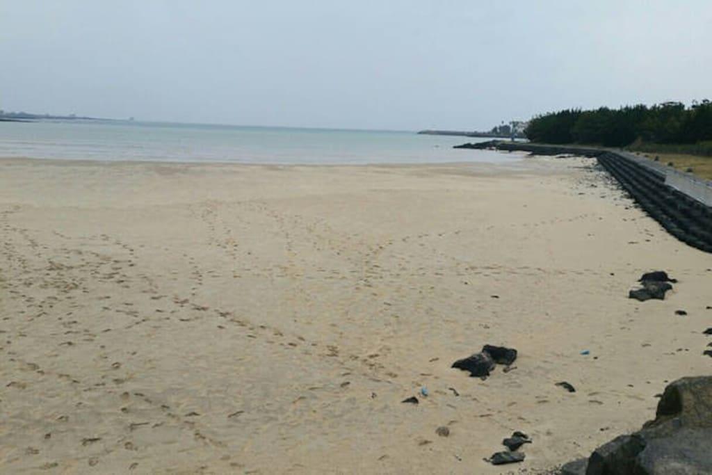 해비치오션뷰 바로 앞에 하얀모래사장의 표선해수욕장