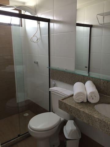 Um dos banheiros do flat