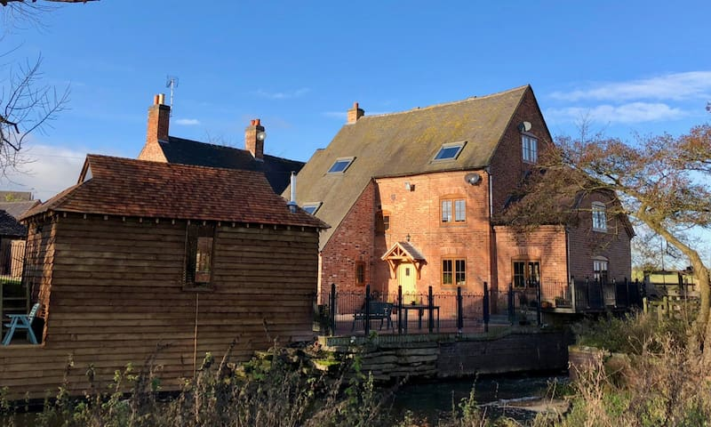 Bilstone Mill - charming, modern and by the river