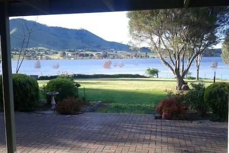Sleeps 20 Guests: WATERFRONT Lake Lodge Mansfield - Mansfield - Huis