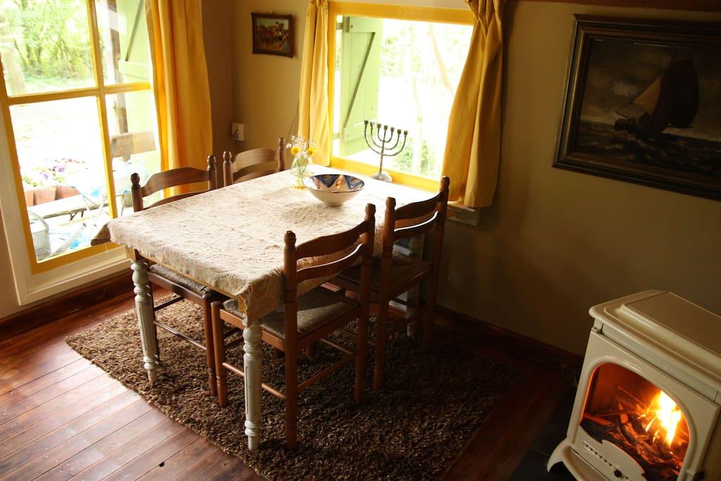woonkamer met houtkachel