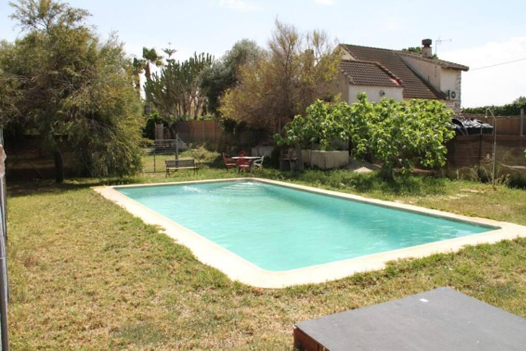 Zona de jardín con piscina privada.