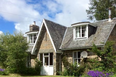 Rustic cottage close to forest and Loch Rannoch
