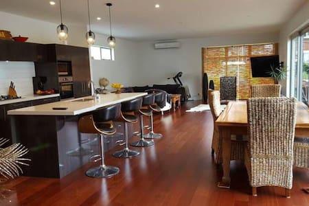 Centrally located large studio space + bedroom - โอ๊คแลนด์ - บ้าน