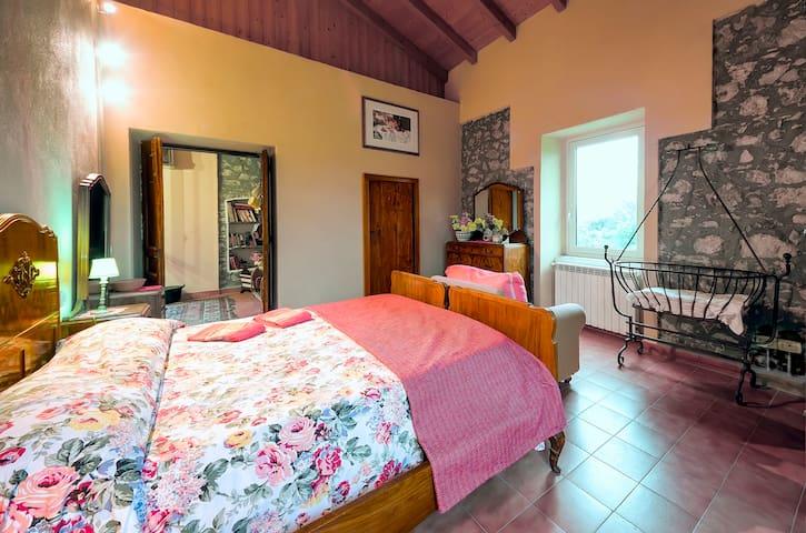 Matrimoniale con bagno privato e vasca ad idromassaggio. Double with private bathroom and whirlpool tub.