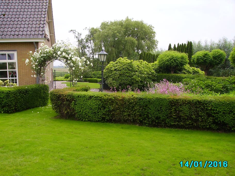 Tuin aan de zijkant villa