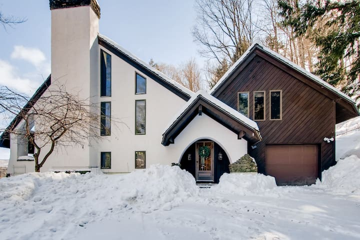 Hawks View Chalet is a 4-bedroom, with amazing views and outdoor hot tub. - Stockbridge - House