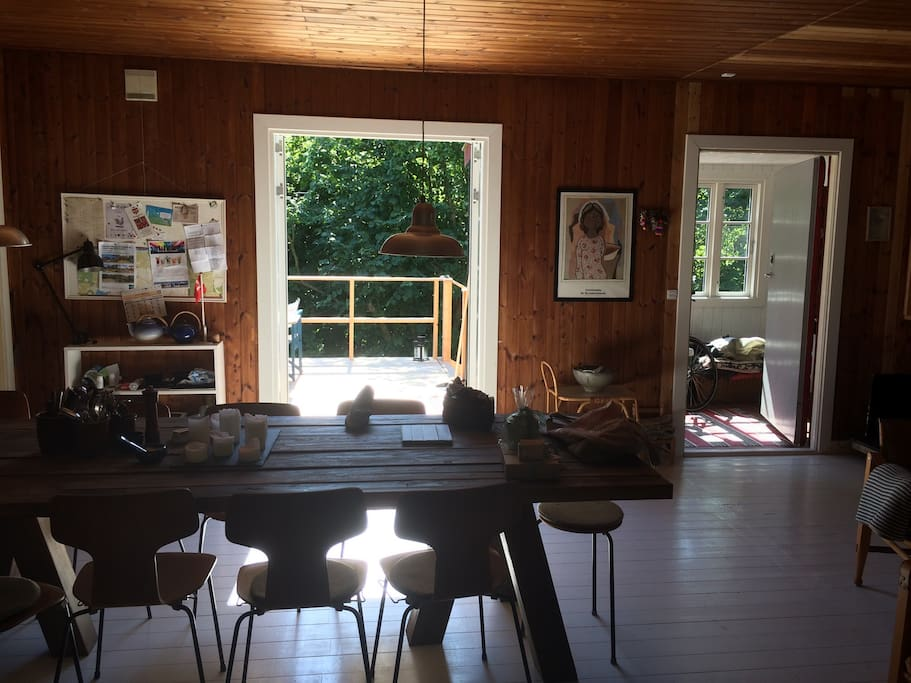 View fra køkkenet ind gennem stuen mod terrassen