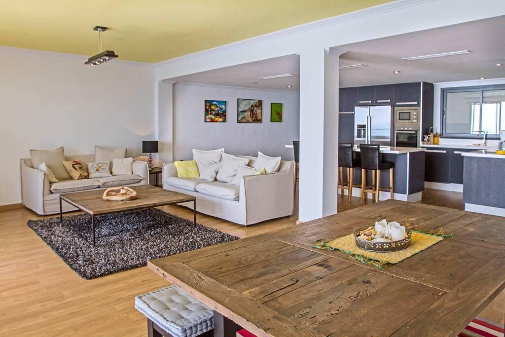 Modern, luxurious living room