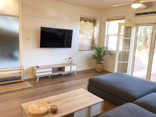 2 Bedroom, SHORT walk to CBD,BEACH and DARBY ST