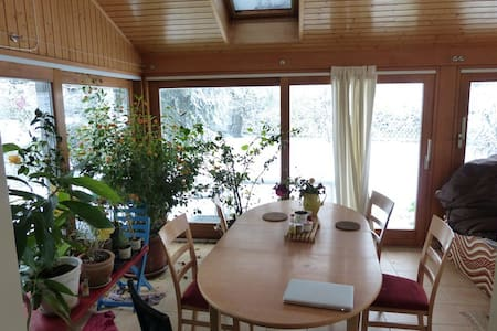 Room in quiet and cozy house close to Lausanne - Assens - Casa