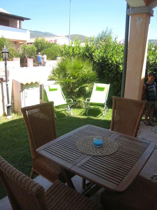 Giardinetto privato con sedie a sdraio