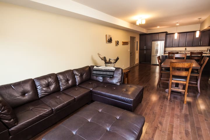 **Gorgeous Downtown Revy Condo**