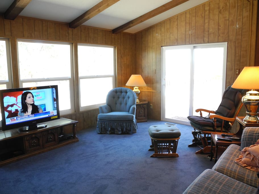 Living room with HDTV/Dish, Blu-ray