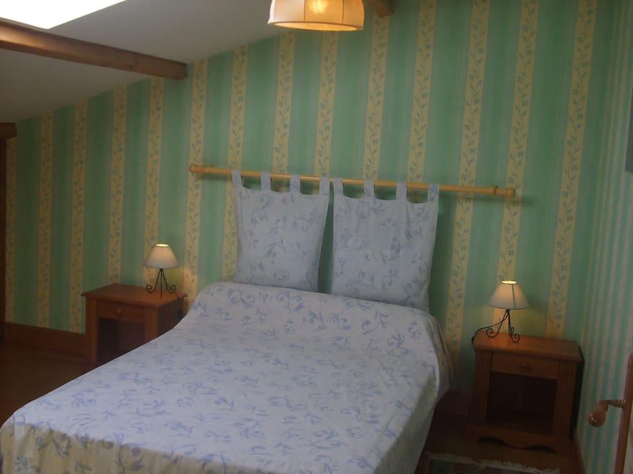 1ère chambre avec fenêtre de toit