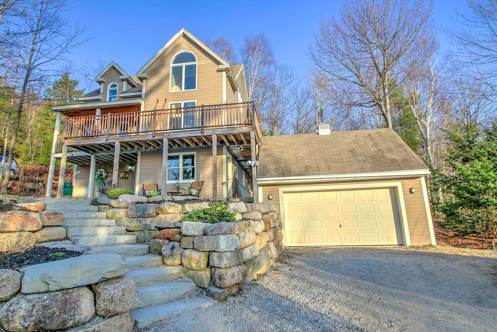This 4-bedroom, 2.5-bathroom Jackson vacation rental house comfortably sleeps 6 and boasts a large wraparound deck with plantation chairs, swinging chair hammock, and mountain views. 2 car garage parking.