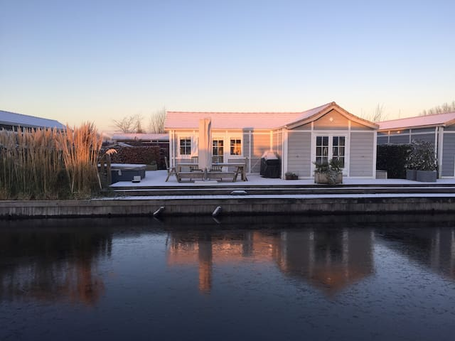 Chalet next to the Lake with boat - Loosdrecht