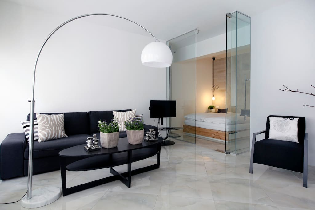 Glas doors and walls allow a flow of light with ensured Bedroom privacy