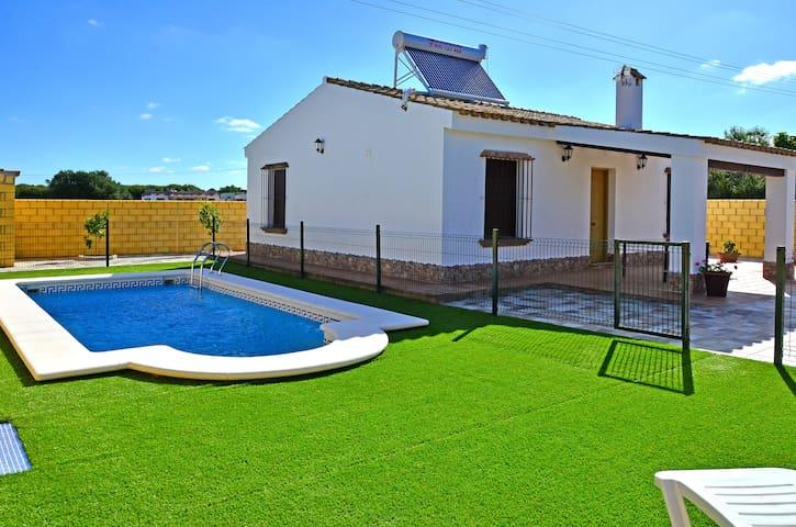 casa con piscina a 5 min.de playa - Conil de la Frontera - Hytte (i sveitsisk stil)