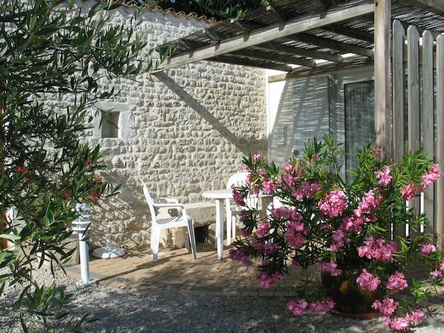 Jolie Maisonnette 5 min Vieux Port - Périgny - Casa
