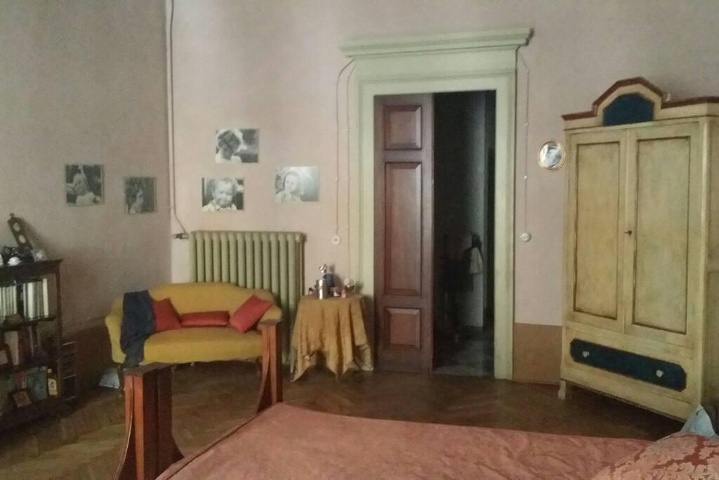 La camera verso la porta sul bagno