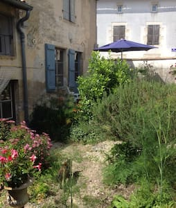 Cottage 1 or 2 bed. with Wall Garden - Chef-Boutonne