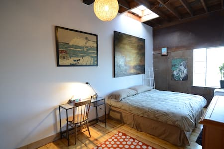 Nestled in the heart of Dundas West and Little Portugal, this beautiful loft will accommodate a memorable stay in Toronto. Close to Shopping, Restaurants and Popular Bars. Direct TTC access to the Downtown Core and 24 hr bus to Bloor Subway Line.