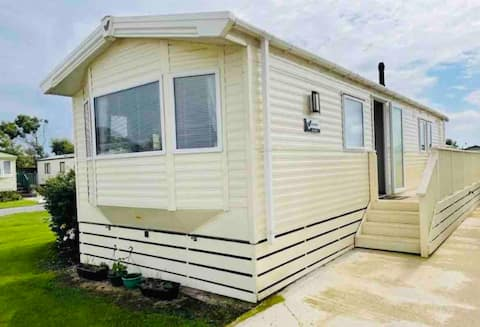 Delightful 3-Bedroom Static Caravan close to beach