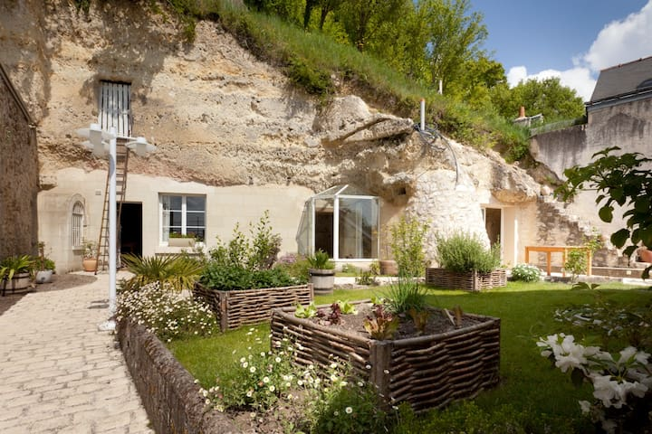 maison troglodyte en bord de loire caves for rent in saint tienne de chigny centre france. Black Bedroom Furniture Sets. Home Design Ideas