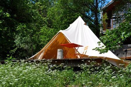 une grande tente face aux volcans - Tent