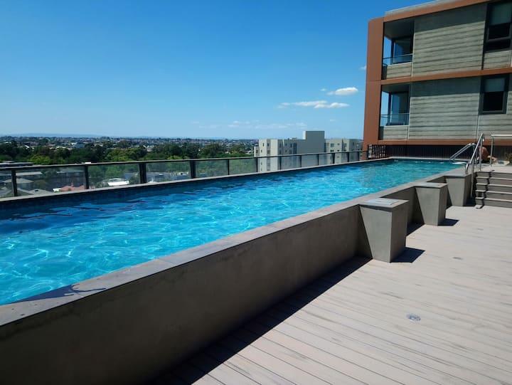 1 bdrm apt, gym, heated rooftop pool. 6km to cbd.