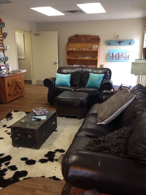 Common living room and lounge with TV and plenty of reading.