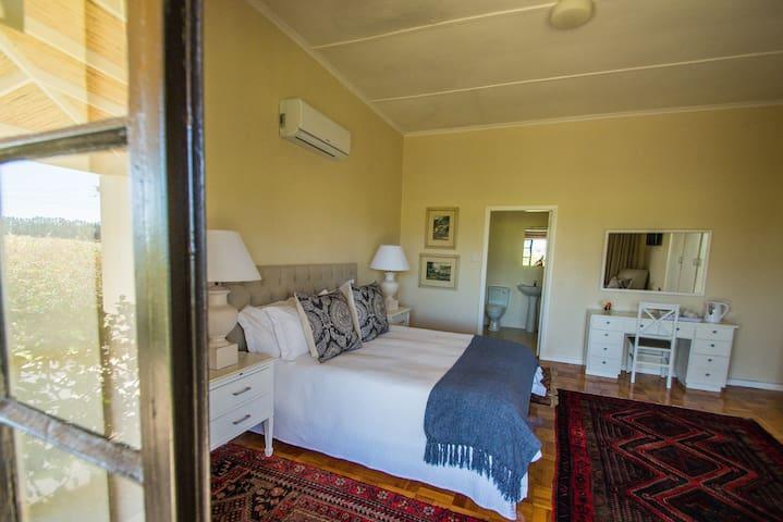 Elgin Country Lodge Deluxe Queen Bedroom 2