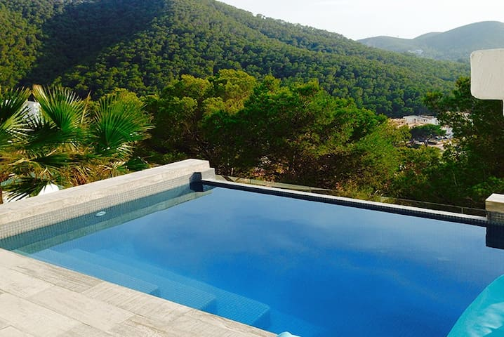 Sea view villa at walking distance to the beach