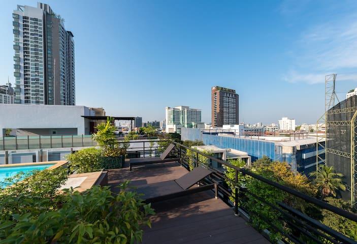 Convenient large suite apt next to BTS Ekkamai!!! - Bangkok