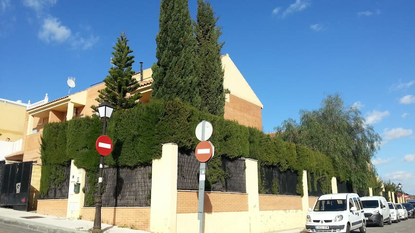Alquilo Buhardilla  en  Casa con Jardin - Bormujos