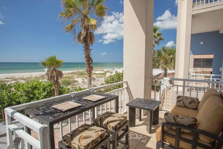Stunning Views, Outstanding Location.  Plenty of Space For The Entire Family! - Madeira Beach - Casa adossada