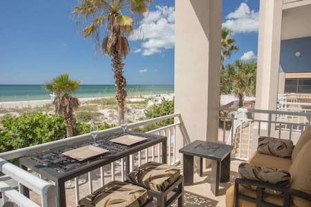 Stunning Views, Outstanding Location.  Plenty of Space For The Entire Family! - 马德拉海滩(Madeira Beach) - 连栋住宅