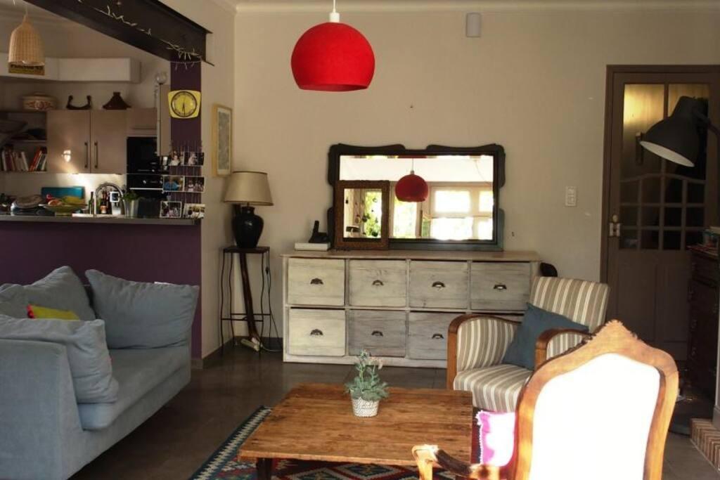 Salon lumineux et cuisine ouverte sur cette pièce principale