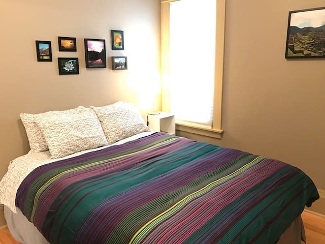 Private room + guest bath, comfy and clean! - Minneapolis - Hus