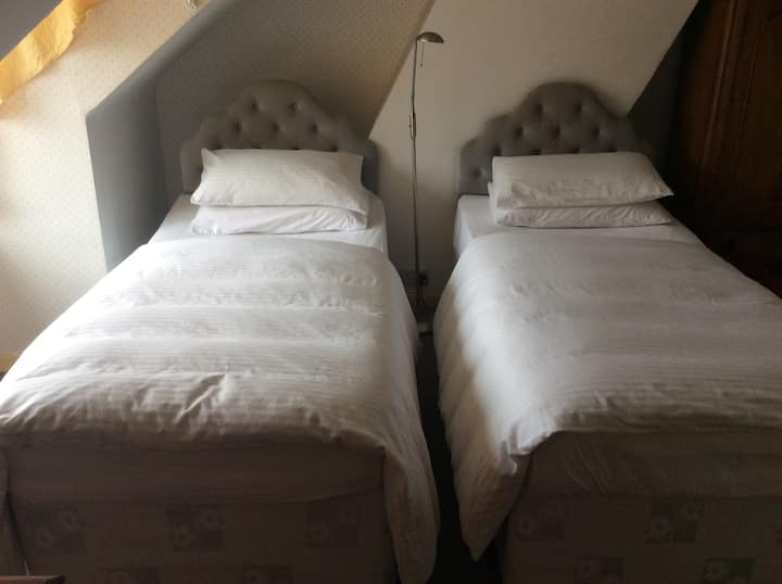 Salisbury Cathedral twin room en suite