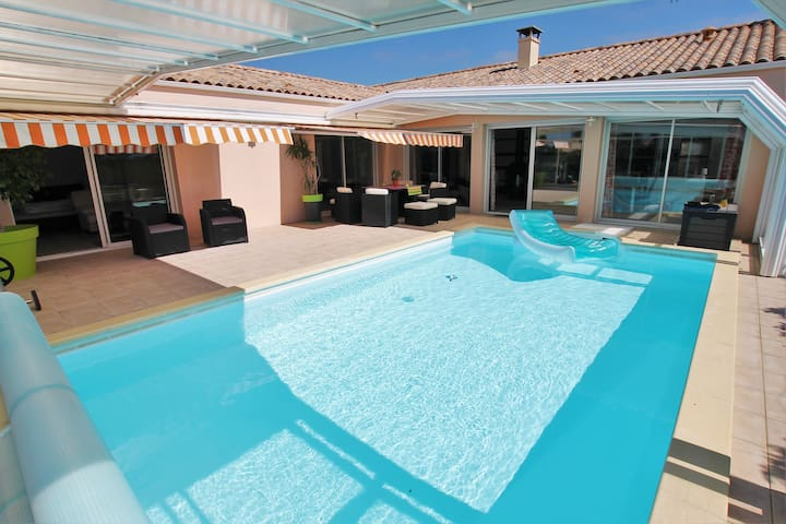 Villa La Savetière, comfy with a large pool, close to beach and a lot of walks