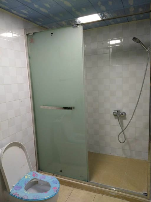 两个独立卫生间,有热水器,有洗衣机