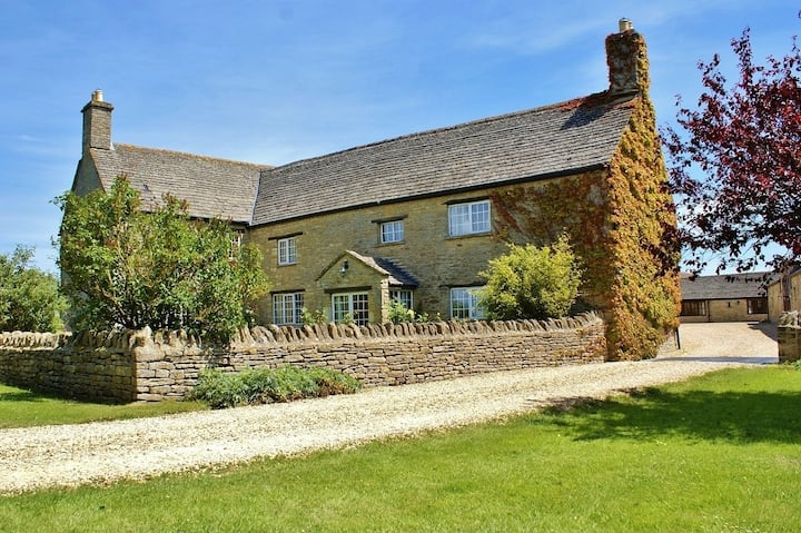 The Cotswold Manor Hall with Hot Tub & Games Barn