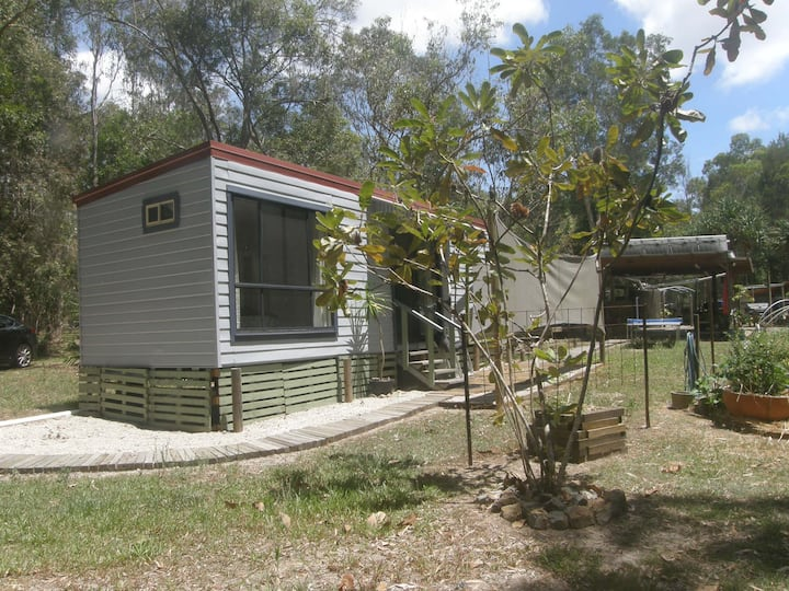 YOKO'S COOROIBAH COTTAGE IN A BUSHLAND SETTING.