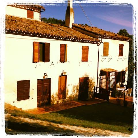 La Casa delle Piole immersa nel verde delle Marche - Macine-borgo Loreto - House