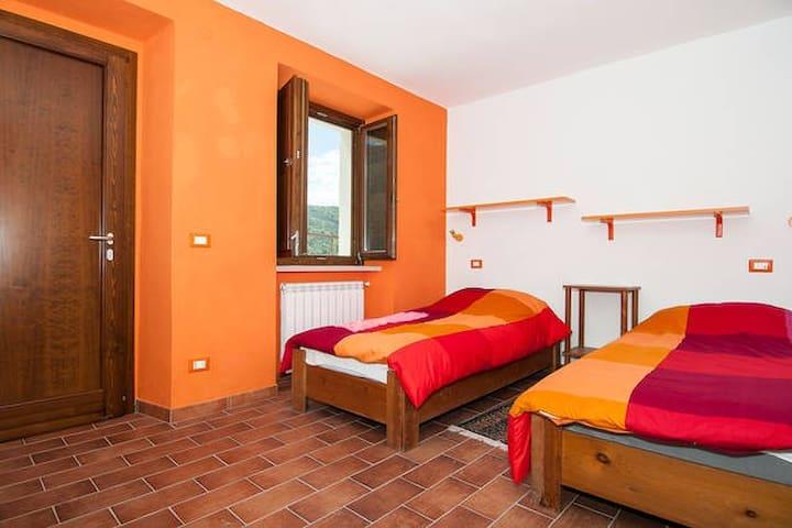 B & B Tra Terra e Cielo Camera arancione - Lenola - Apartament