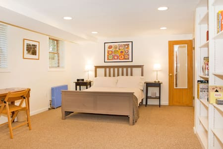 Private Guest Suite in Takoma Park - Такома-Парк