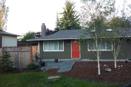 Cute Home - 30 mins from Seattle - Эверетт - Дом