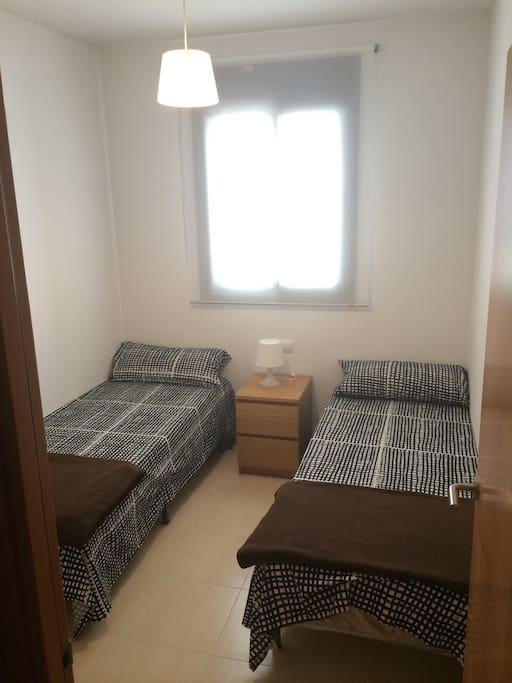 Спальня с двумя одинарными кроватями. вид 1